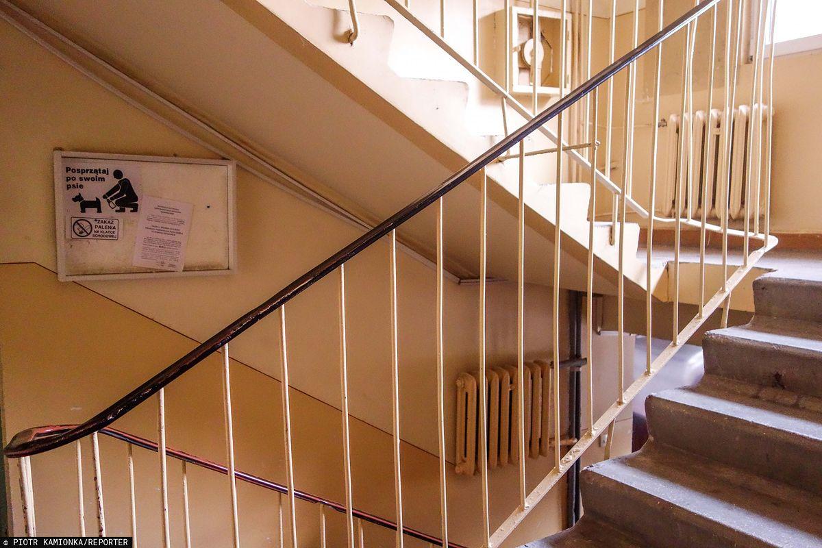 Atak nożownika na klatce schodowej w Ostrołęce. Mężczyzna jest w rękach policji