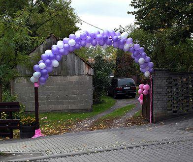 Kolorowe balony są wyraźnym znakiem dla złodzieja