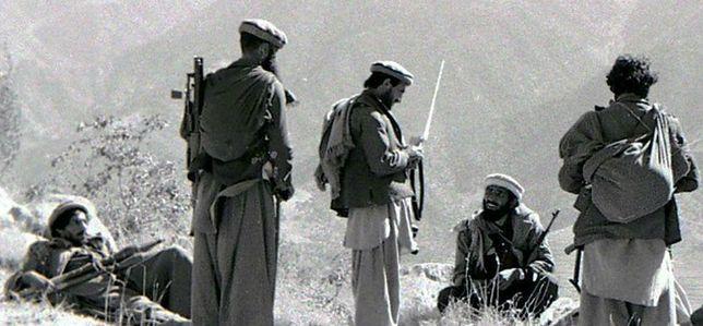 Afgańscy mudżahedini przygotowujący się do ataku moździerzowego