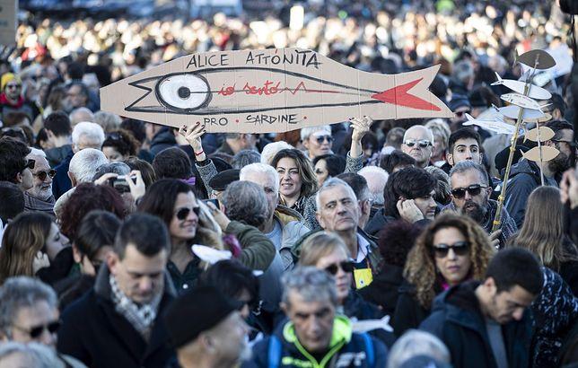 """Rzym. Tysiące ludzi protestowało na wiecu """"sardynek"""" na ulicach Wiecznego Miasta"""