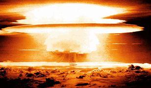 Broń wywołuje ogromne zniszczenia i skaża rejon radioaktywnym opadem.