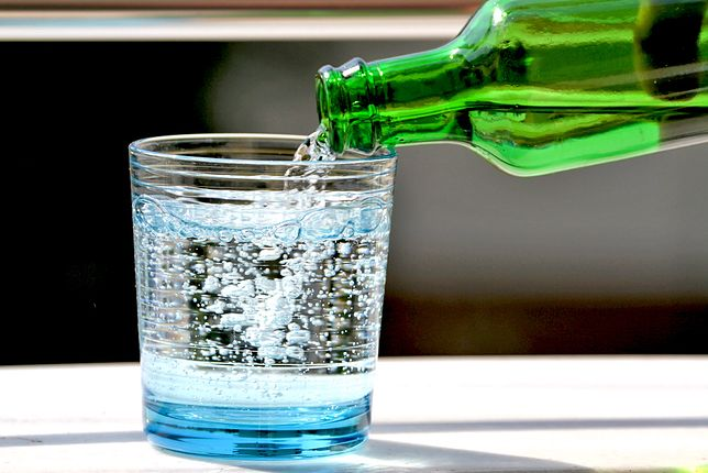 Woda mineralna i woda źródlana - różnice. Jaką wodę pić?