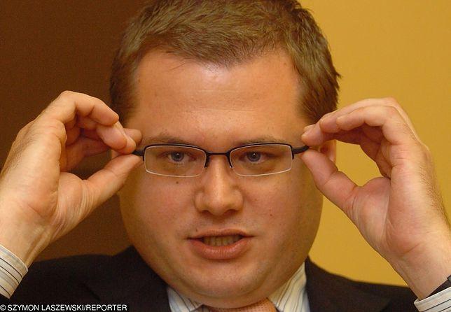 MSZ twierdzi, że ambasador Andrzej Sadoś odkręcił tablicę z powodu remontu