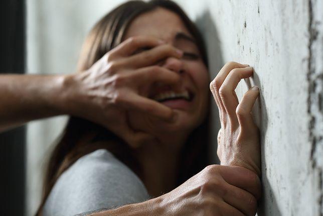 Kobieta, którą przetrzymywano w łódzkim mieszkaniu, zmarła. Przez 10 dni była bita i gwałcona