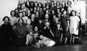 Janusz Korczak. Zginął z 200 dziećmi w komorze gazowej, do końca trzymały go za ręce