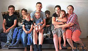 Regina ma dziewięcioro dzieci. Mateusz 20 lat. Jakub 16 lat (nieobecny na zdjęciu). Weronika 14 lat. Paweł 12 lat. Szymon 11 lat. Dawid 7 lat. Maksymilian 5 lat. Aniela 4 lata. Dominik 2 lata.