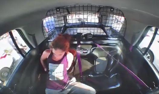 Sprytna złodziejka kradnie radiowóz