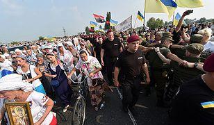 Ukraińscy policjanci zabezpieczają przemarsz Drogi Krzyżowej Pokoju