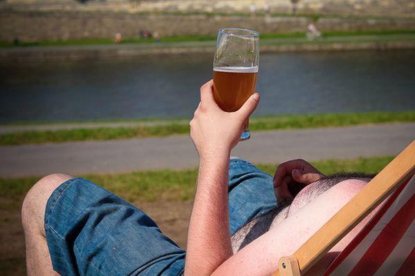 Wielkopolskie: mężczyzna wypił 8 piw i wskoczył do jeziora. Nie wypłynął