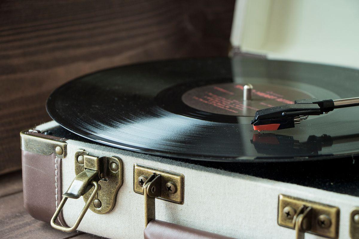 Jak wybrać gramofon do domu? Gratka dla miłośników płyt winylowych