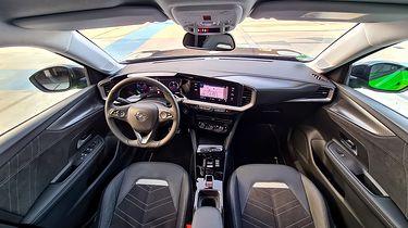 Opel Mokka-e: Systemy bezpieczeństwa i wsparcia kierowcy oraz nowy system info-rozrywki - Opel Mokka prezentuje zupełnie nowe podejście do projektowania wnętrza