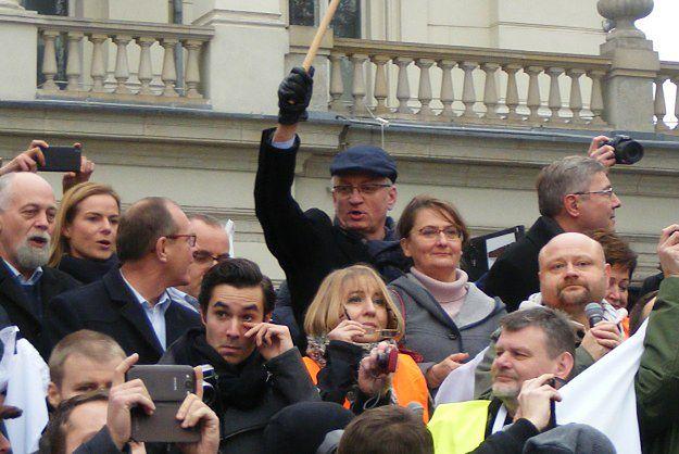 Jacek Jaśkowiak podczas demonstracji Komitetu Obrony Demokracji.