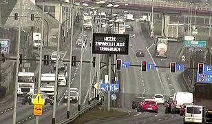 """Przed wjazdem do Krakowa pojawił się nietypowy ekran. """"Weźże zaparkuj!"""""""