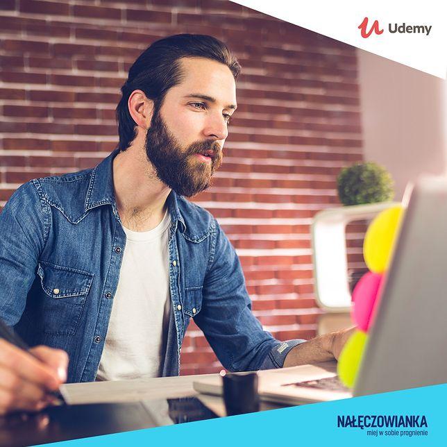 Pragniesz odkryć coś nowego?  Wybieraj spośród darmowych internetowych kursów: jogi, fotografii, programowania i wielu innych.
