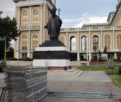 Licheń. Pomnik papieża wrócił na plac przed bazyliką