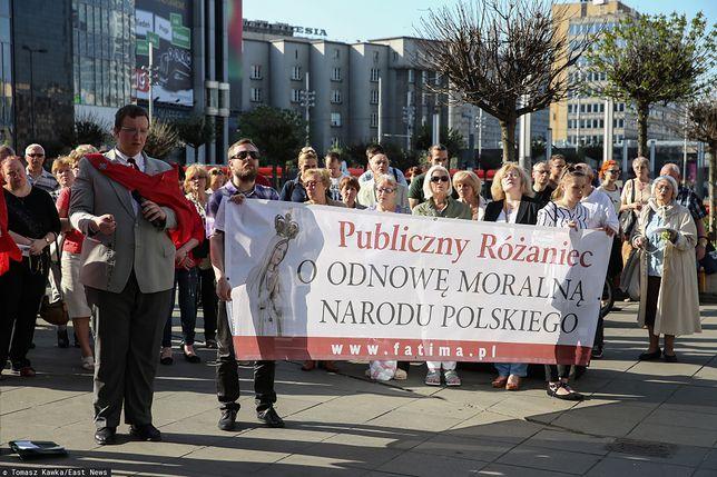Członkowie Krucjaty Młodych podczas publicznego różańca w Katowicach.