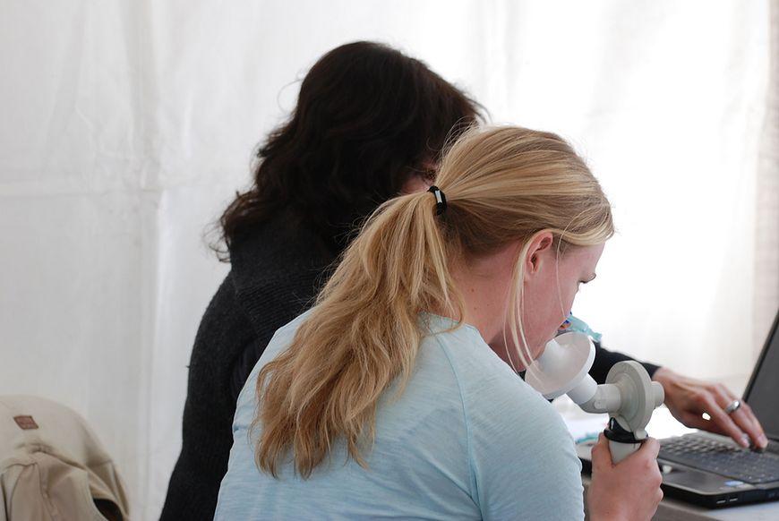 Kobieta w czasie badania spirometrem