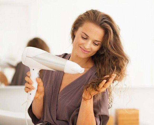 Susz włosy przy użyciu zimnego strumienia powietrza