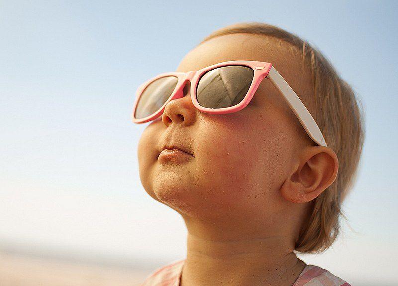 Maluch w okularach przeciwsłonecznych