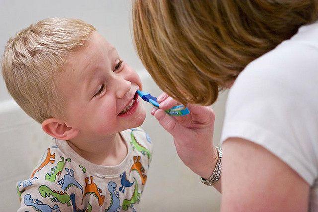 Różne sposoby przekonywania dziecka do szczotkowania zębów