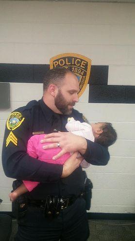 Wzruszająca scena. Policjant zaopiekował się malutką dziewczynką