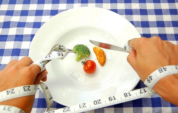 Kobieta w czasie diety rezygnuje z wielu produktów