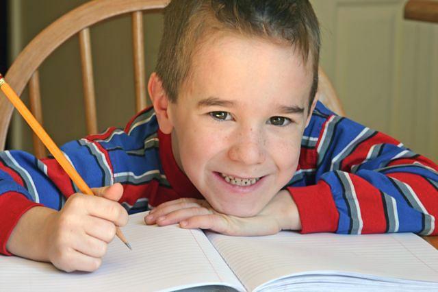 Chłopiec nad zadaniem domowym