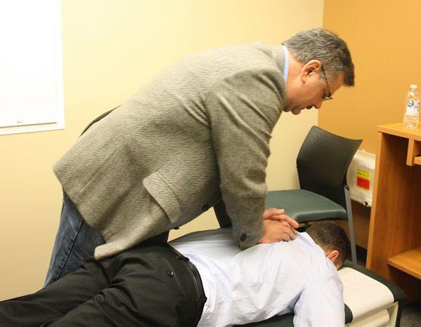 Chiropraktyk w czasie pracy