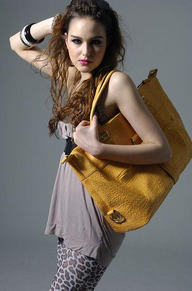 Noszenie torebki na ramieniu