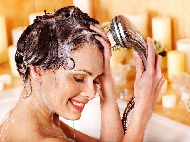 Płukanie włosów chłodną wodą