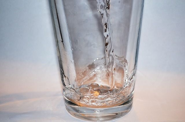 Zacznij posiłek od szklanki wody