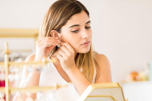 Minimalistyczna biżuteria sprawdzi się w codziennych stylizacjach