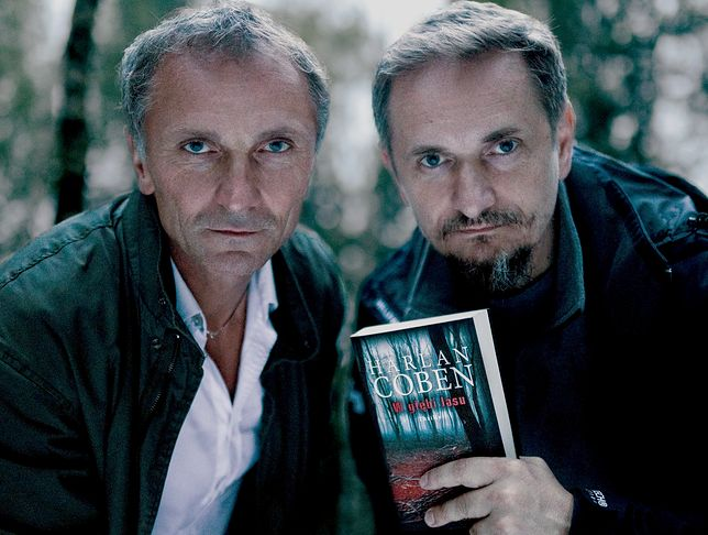 """Od lewej: Leszek Dawid i Bartek Konopka, twórcy serialu Netfliksa na motywach """"W głębi lasu"""" Harlana Cobena"""