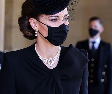 Biżuteria Kate nie była przypadkowa. Łzy cisną się do oczu