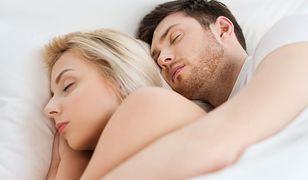 Pozycja, w której śpisz z partnerem, mówi wiele o waszej relacji