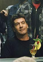 Simon Cowell macza palce w filmie