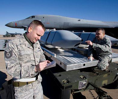 Amerykańscy żołnierze ładują pociski JASSM na pokład bombowca B-1