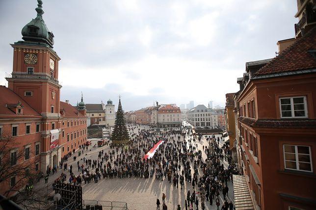 W wielu miejscach w Polsce ustawiono ekrany pozwalające obejrzeć transmisję z pogrzebu