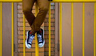 Modne spodnie w różnych wzorach i kolorach