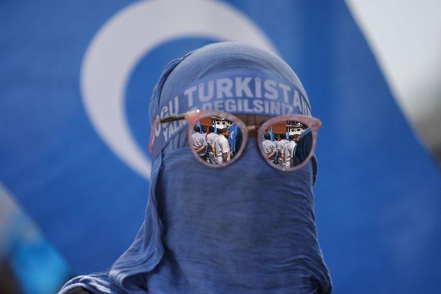 Uczestnik antychińskiego protestu ujgurskich emigrantów w Stambule