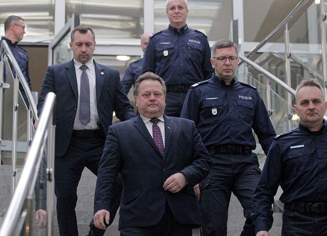 Jarosław Zieliński w otoczeniu ochrony i policjantów