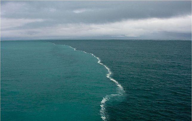 Różniące się kolorem połacie wody, które w miejscu spotkania sprawiają wrażenie, jakby wcale się ze sobą nie mieszały