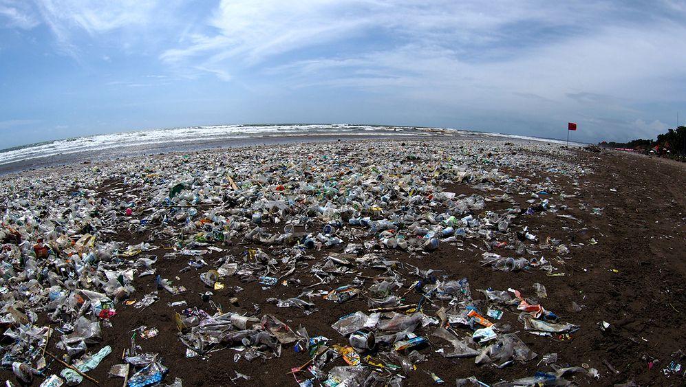 Tony zalegających śmieci na Bali. Władze ogłosiły stan wyjątkowy