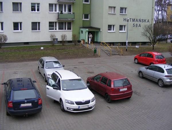 Głośna i groźna impreza na poznańskim osiedlu. Uszkodzono pięć samochodów