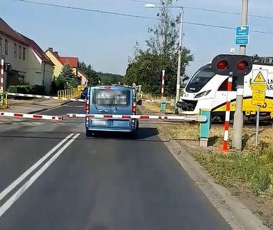 Dolnośląskie. Bus z pasażerami utknął między szlabanami na DK94
