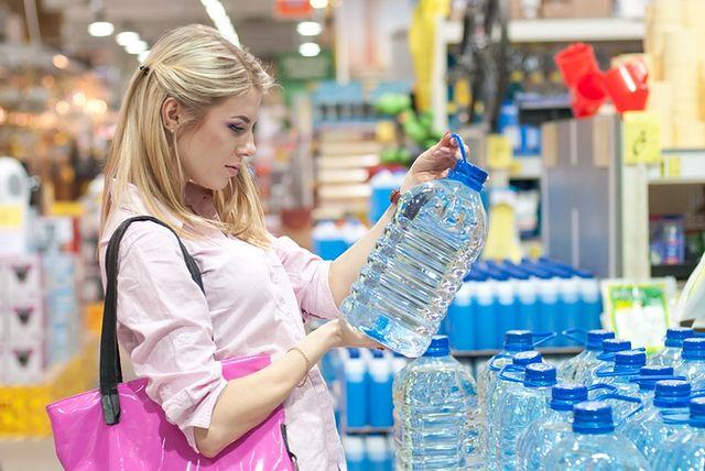 Po sieci krążą informacje jakoby plastikowe butelki, z których codziennie pijemy wodę i inne napoje, mogłyby nam szkodzić. Groźne miałoby być nawet wielokrotne używanie tych samych butelek. To tylko mity, czy może mamy powody do obaw? Każde opakowanie wyprodukowane z tworzywa sztucznego jest odpowiednio oznaczone. Najczęściej na spodzie butelki, czy pudełka, znajduje się symbol - trójkąt zbudowany z trzech strzałek a w środku cyfra, która informuje o tym, z jakim materiałem mamy do czynienia. W sieci pojawiają się informacje, że część z nich może mieć niekorzystny wpływ na zdrowie człowieka. Czy chociaż część z tych informacji jest prawdziwa?