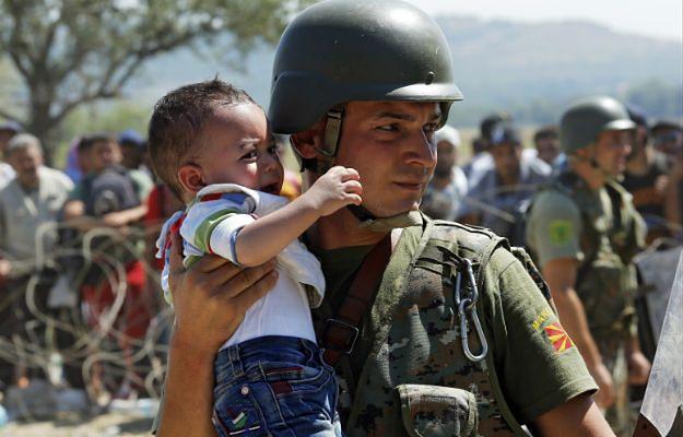 Dziecko uchodźców na granicy macedońsko-greckiej