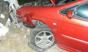 Mężczyzna zakończył swój pościg po tym, jak wpadł na pobocze i uderzył w węzeł kablowy