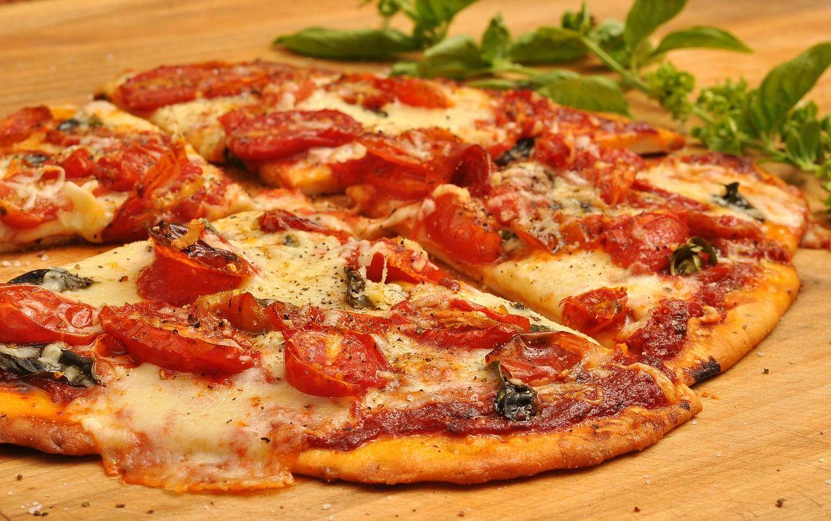 """Pizza raz na dwa miesiące, jak nie z restauracji, to z zamrażarki.Garść danych o nowym """"polskim daniu narodowym"""""""