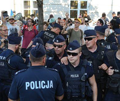 Warszawa. Policjant ochraniał marsz ONR. Zbiera na pomoc prawną.